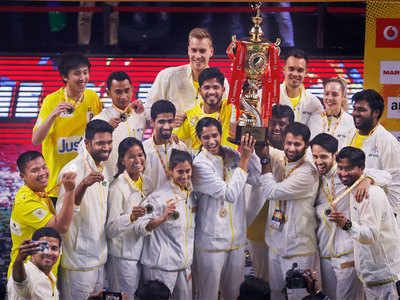<p>Chennai Smashers team members pose with the trophy after winning the Premier Badminton League. (AP Photo)<o:p></o:p></p>