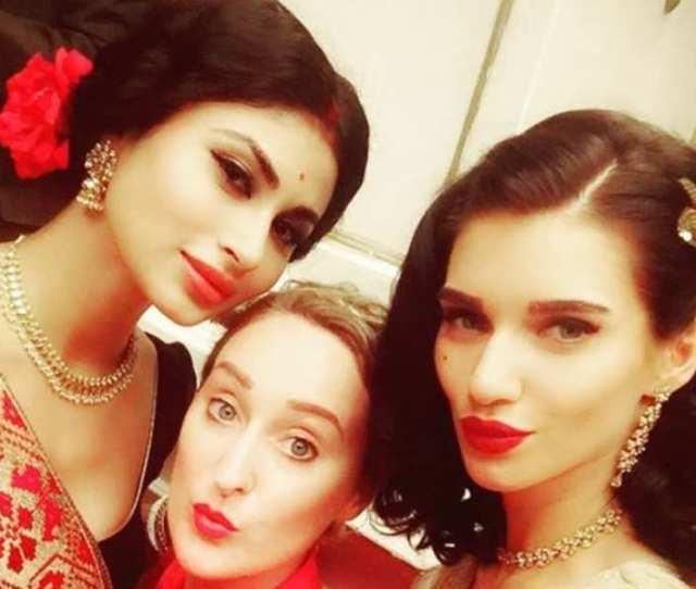 Mouni Roy Is A True Bengali Beauty In Akshay Kumar Starrer Gold See