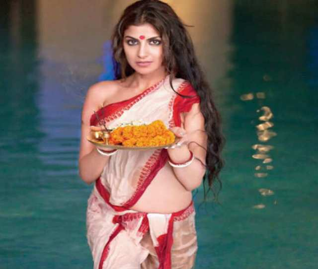 Rachel White Turns Up The Heat In This Traditional Wet Saree Look