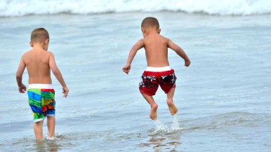 Children of competitor Kuilee Murphy play in the surf during the competition.