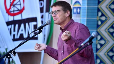 Professor Jeff Severinghaus, Scripps Institution of Oceanography speaks at rally before People's Climate March San Diego. Photo by Ken Stone
