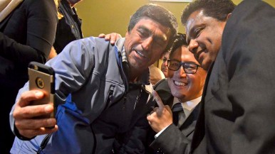 Democratic gubernatorial candidate John Chiang poses for a selfie with audience members.