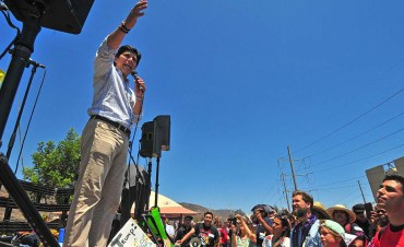 U.S. State Sen. Kevin De Leon marched and spoke to protesters on the street in front of the detention center.