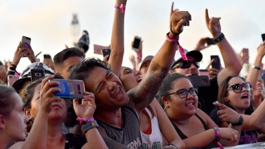 Young fans cheer Incubus at KAABOO Del Mar.
