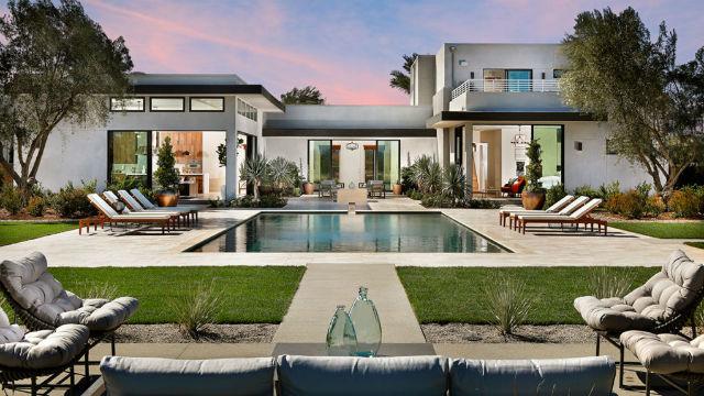 Backyard of contemporary home in Vista Santa Fe