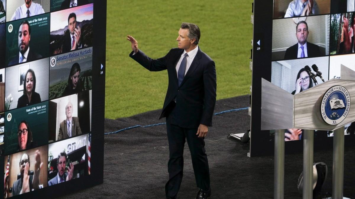 Gov. Newsom waves to Democratic supporters