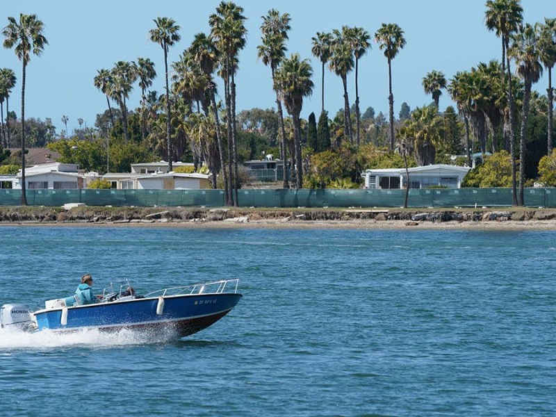 Mission Bay Park offers boaters boat docks, launching facilities, sailboat and motor rentals.