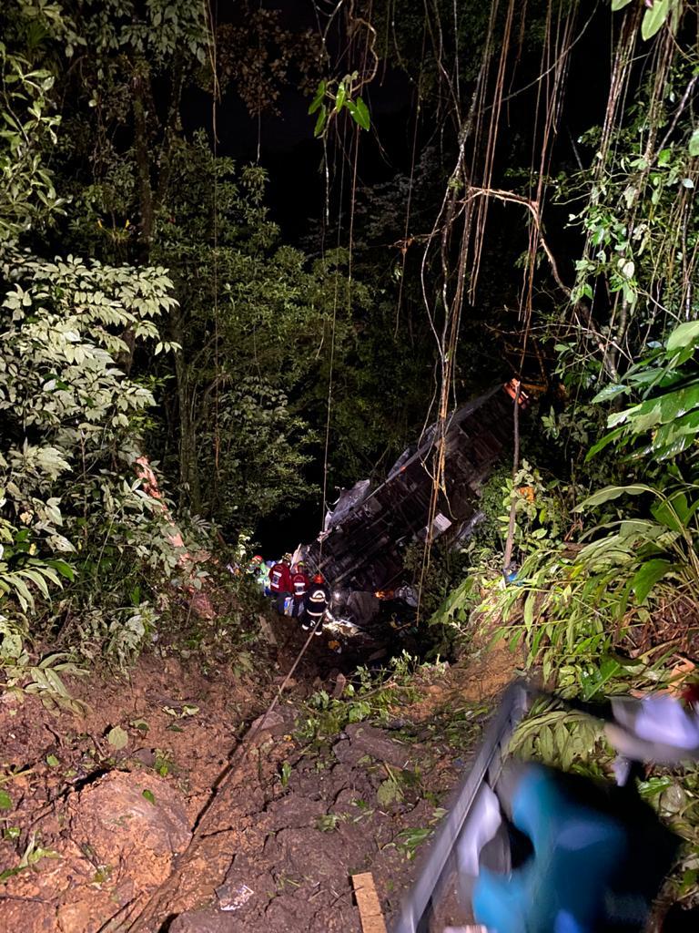 Caminhão cai de ribanceira e vítimas são resgatadas com vida
