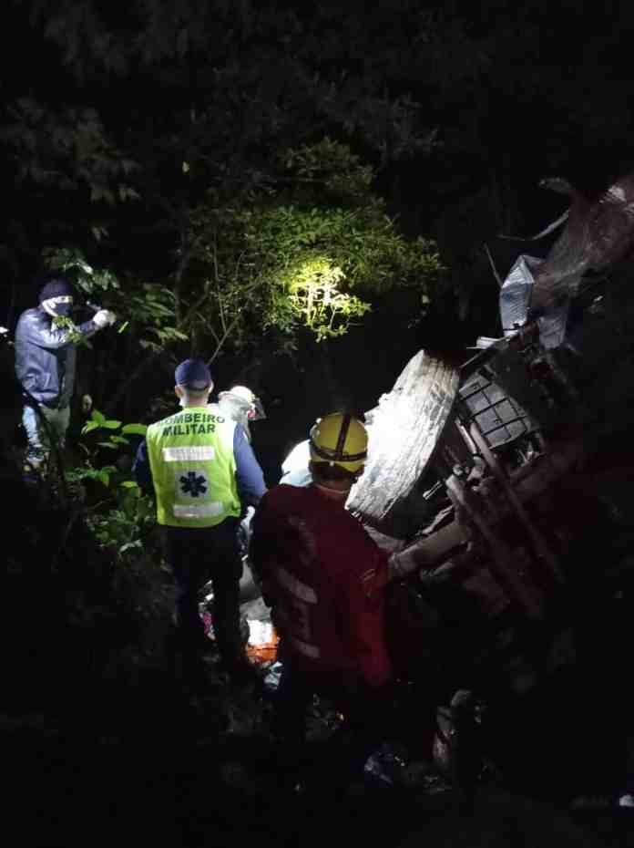 Caminhão cai de ribanceira e vítimas são resgatadas com vida acidente caminhão serra dona francisca