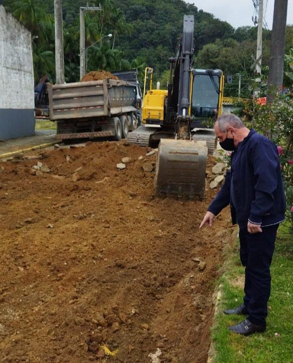 Prefeito, Luiz Carlos Tamanini, acompanhou o início dos trabalhos da recuperação dos acessos à Ponte Baixa