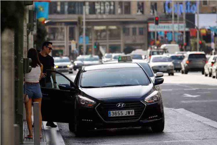 El Govern prepara una ley para regular las licencias de taxi