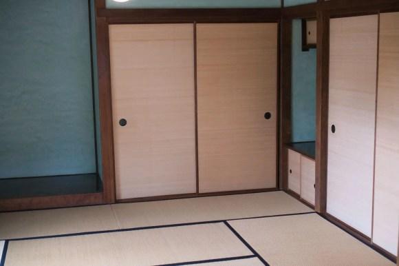 Traditioneller japanischer Raum mit Tatami-Matten.
