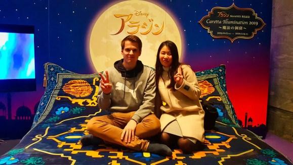 Ich und meine Freundin auf einem fliegenden Teppich im Caretta Shiodome.