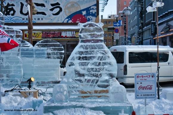 Bild einer Eisskulptur von Coca Cola in Sapporo