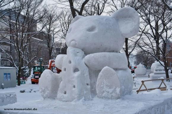 Bild einer Koala-Schneeskulptur beim Yuki Matsuri