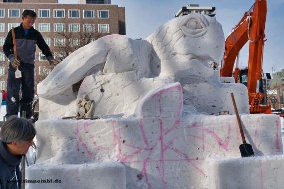 Bild des Prozesses der Modellierung einer Schneeskulptur für das Yuki Matsuri