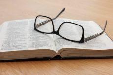 Bible et lunettes