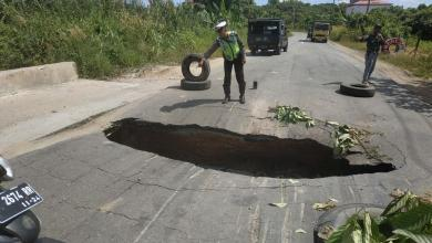 Photo of Ada Fenomena Sinkhole di Jalan Bontang-Kutai Timur