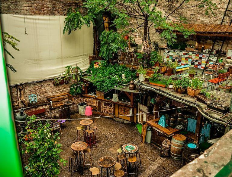 Szimpla Kert ruïne bar boedapest waarom boedapest city 15x