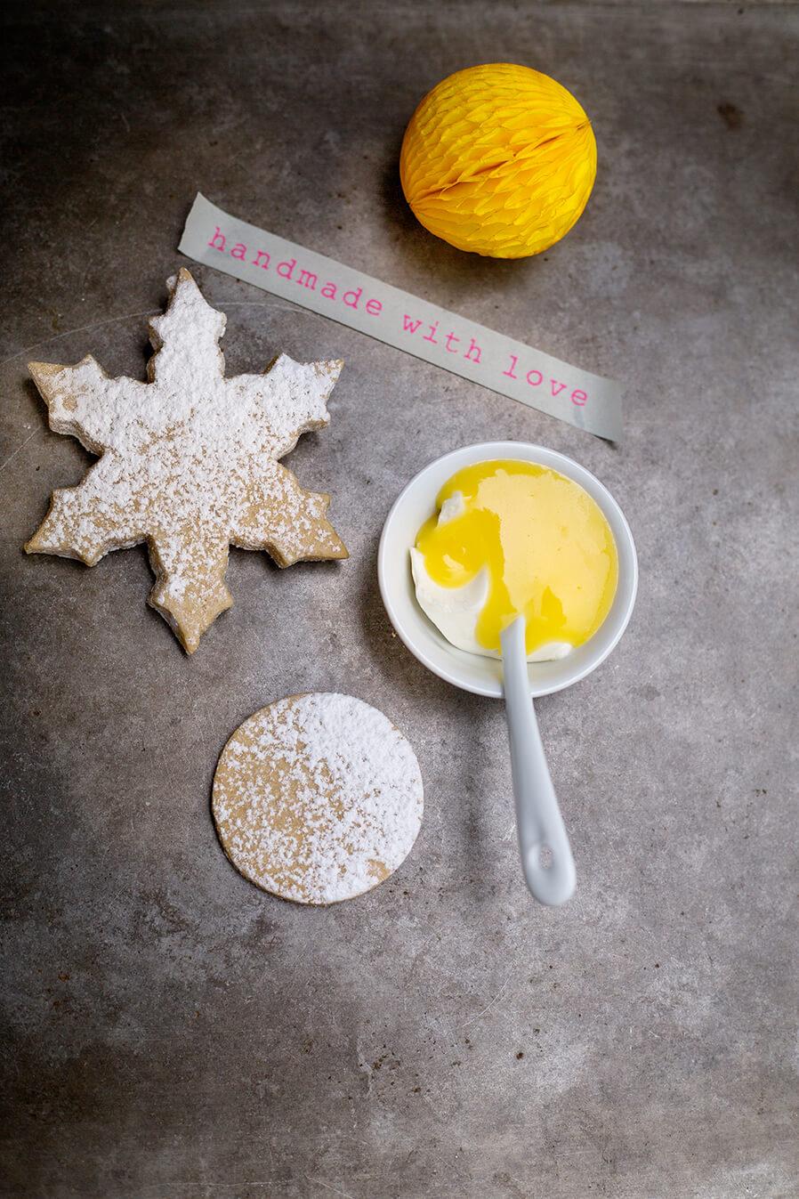 Cookies with lemon curd