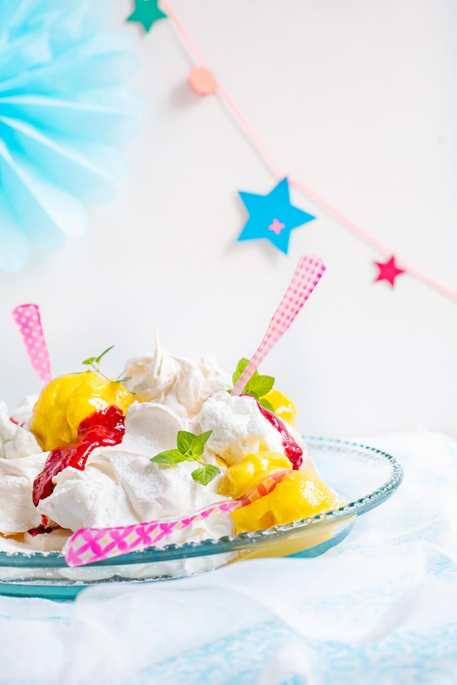 Pavlova-Mangosorbet with cream