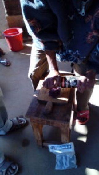 Préparation de la cochenille avec M. Hilaire à Madagascar