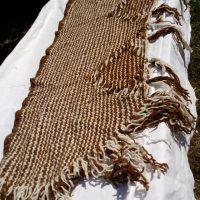 Châle rectangulaire, pied de lit. laine mouton, teint au quintral, naturel, tissé métier à clous construit pour l'occasion, finitions crochets
