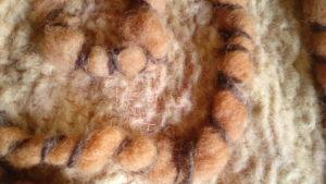Pièce de feutre, mérnos, soie, teinture naturelle - détail