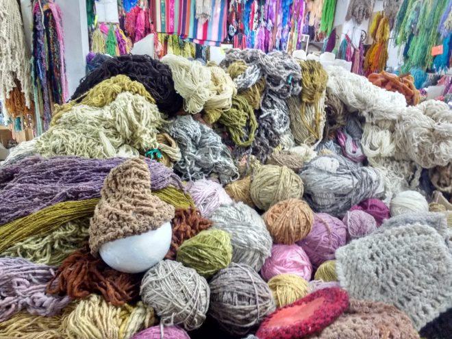 Laines teintes naturellement et quelques bonnets que j'ai tricotés