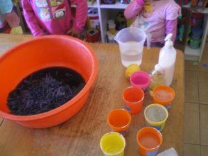 Le jus de choux rouge et les gobelets pour les modificateurs