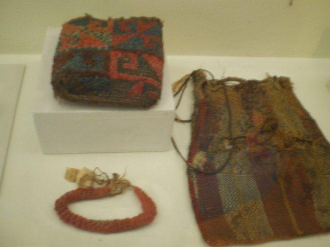 Chuspa et collier précolombiens présentés au musée d'Iquique, grand teint