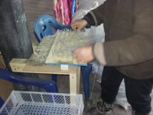 Préparant la laine lavée avec l'appareil
