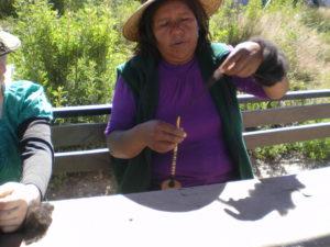 Raquel, une amie Aymara de Mamiña montrant comment on file