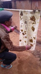 Mon ami Hilaire, découvrant un ecoprint sur une de ses écharpes de soie