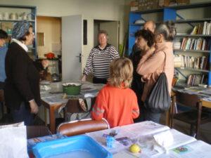 Atelier teinture a7ux pelures d'oignons et cochenilles avec des enfants, médiathèque de Loches
