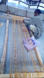 Nouage d'un ikat de raphia, lors de l'exposition à l'Alliance Française d'Antananarivo