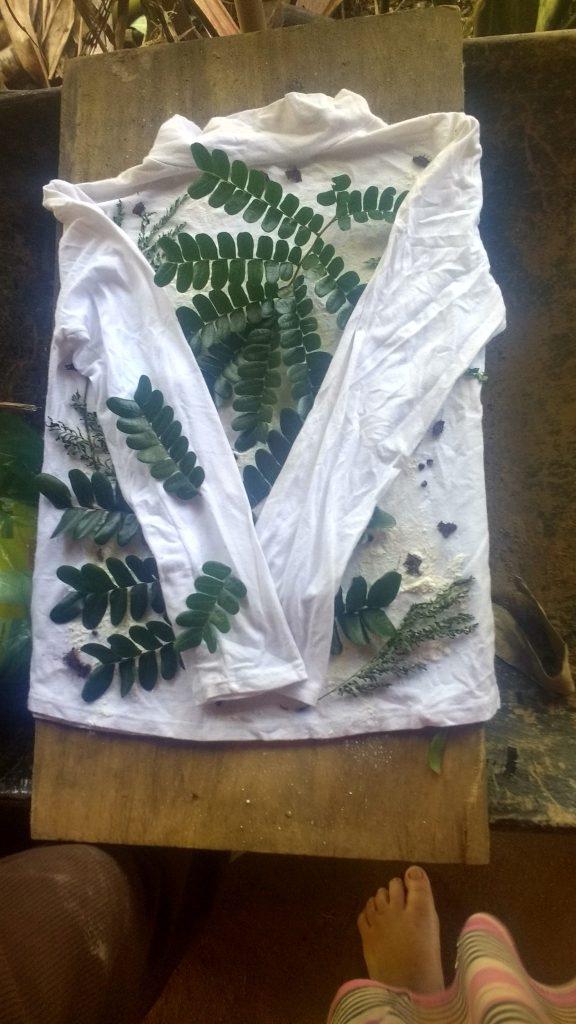 Essai d'ecoprint sur une vieille chemise, avec des feuilles de bois de Brésil