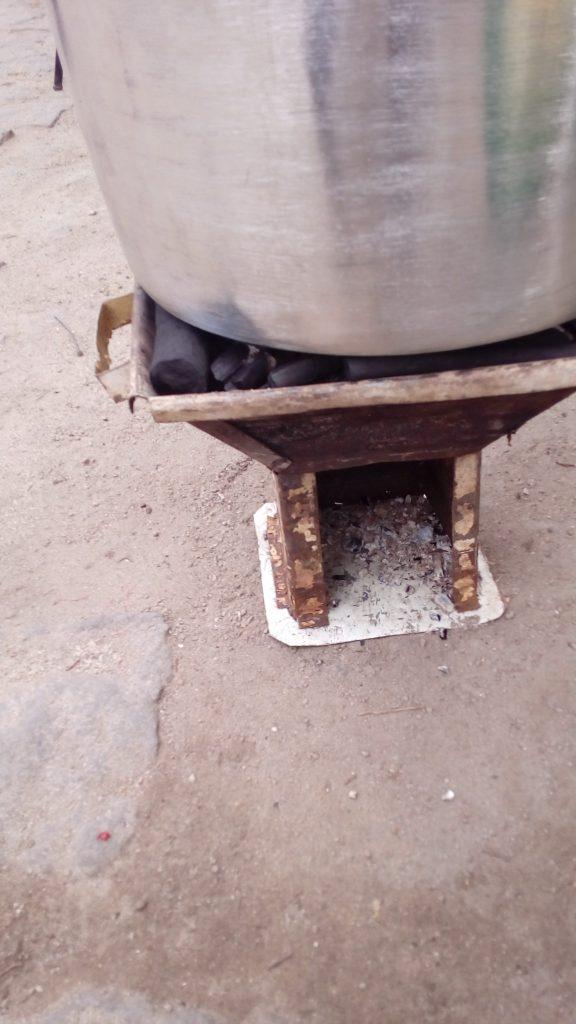 """Malgré sa petite taille, la """"fetapera"""" permet de chauffer des casseroles relativement grandes avec très peu de combustible, ici du charbon de bambou..."""