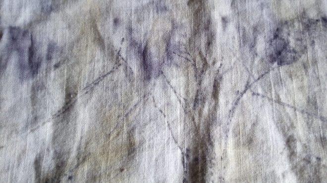 Ecoprint à Talata, Madagascar, les traits fins sont des aiguilles de pins australiens