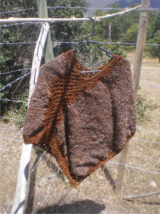 Poncho tissé avec de la laine teinte au Quintral de molle, encore une fois teindre naturel, c'est malin