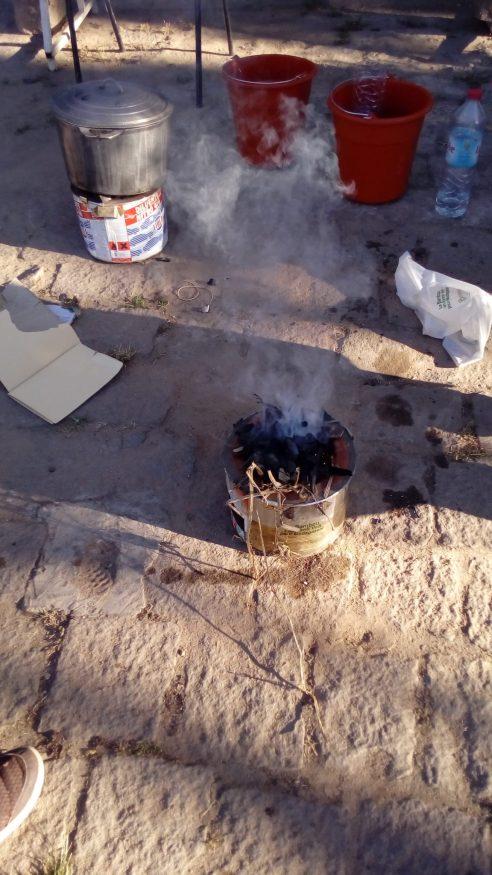 """Fetapera malgaches, type """"rocket stove"""", boîtes de conserve et ciment. Un peu lourd, mais efficace"""