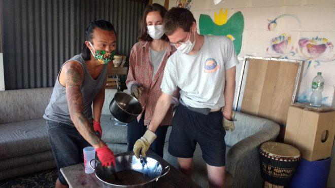 Atelier de savon avec les wwoofers Jason, Anne et Paul