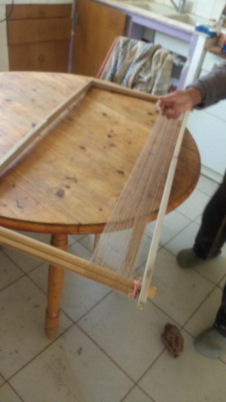 Montage de la chaîne sur mon métier Tissanova amélioré pour mon poncho au Village Lacustre