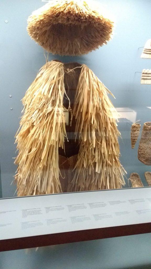 Chapeau et manteau en liber de tilleul, vu au musée du Latenium à Neuchatel