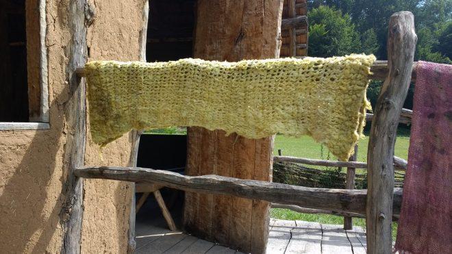 Mes attaches de shibori n'étaient certainement pas assez serrés et les colorants des ronces ont pénétré la laine