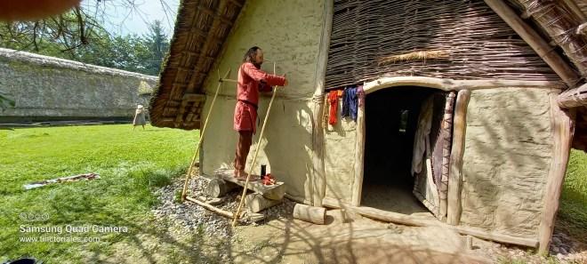 François fixe les parties de ce métier à sprang avec des cordelettes qu'il a tressées avec des matières végétales pour le Rassemblement Préhistorique