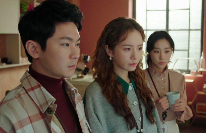 Park Hoon, Oh Ji-yool e Chae Song-ee. olhando para o mesmo ponto espantados.