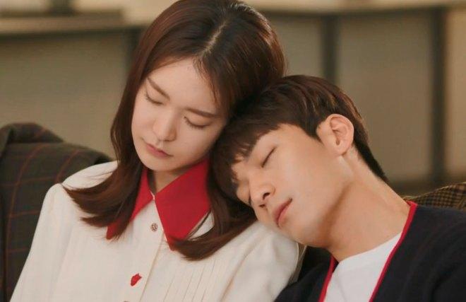 Song Hae-rin cochilando sentada com  Ji Seo-Joon encostado nela.