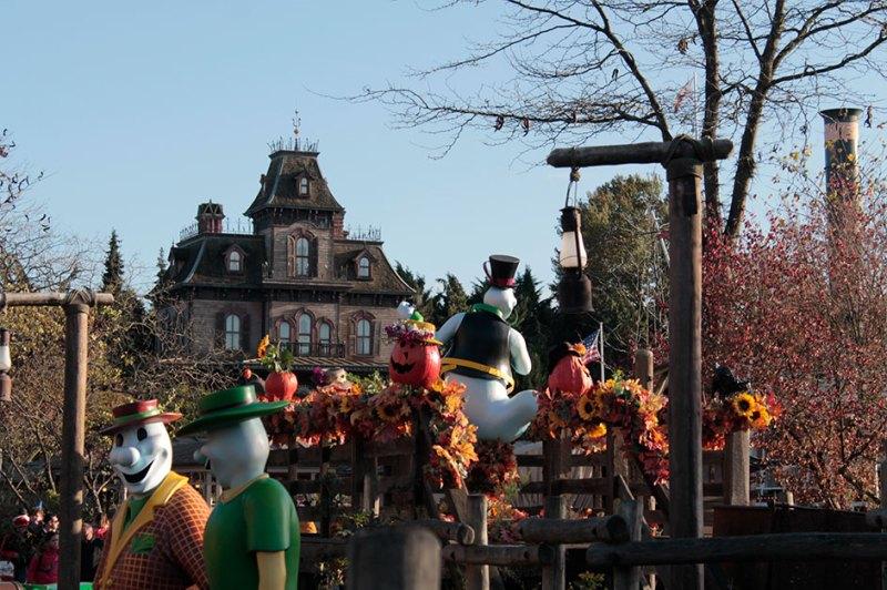 Frontierland com decoração de Halloween na Disney Paris