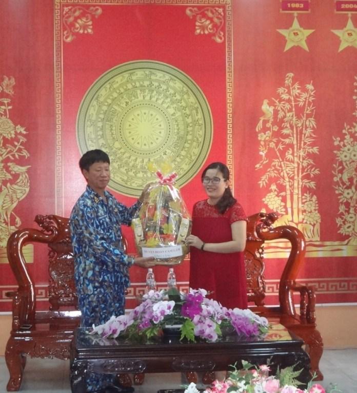 CAM LÂM: Tặng quà, giao lưu với đơn vị kết nghĩa nhân dịp kỷ niệm 74 năm Ngày thành lập Quân đội nhân dân Việt Nam 1